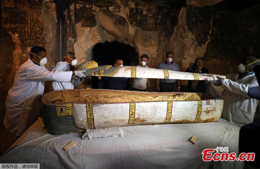 Archaeologists remove the cover of an intact sarcophagus inside the tomb TT33 in Luxor, Egypt November 24, 2018.(Photo/VCG)