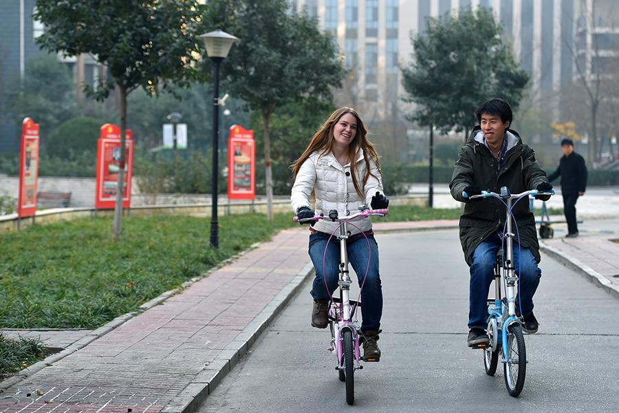 Francis and her husband ride bikes in Shijiazhuang on Nov. 24, 2018.  (Photo/Xinhua)