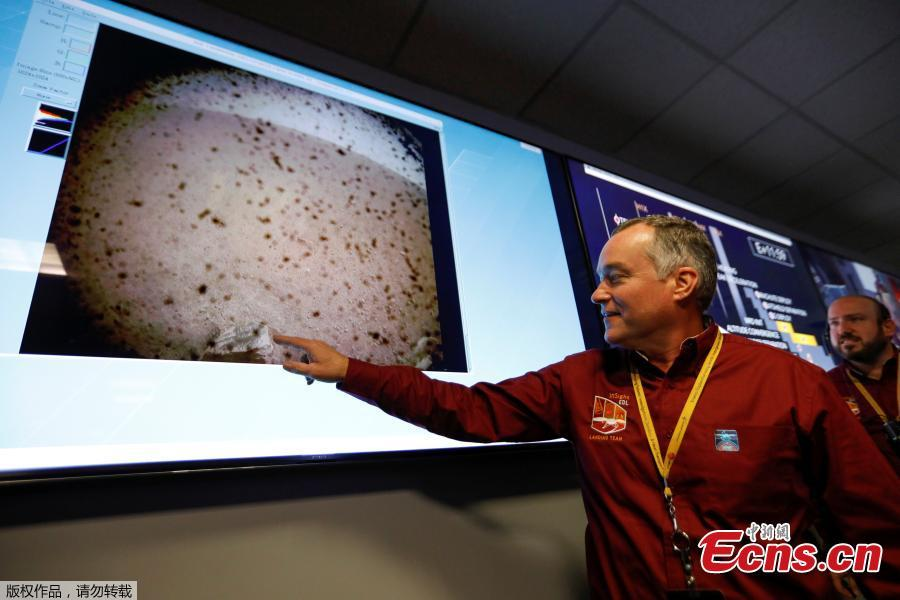 Project manager Tom Hoffman points to the first picture sent back to earth from Mars by the spaceship InSight at NASA\'s Jet Propulsion Laboratory (JPL) in Pasadena, California, U.S. November 26, 2018.  (Photo/Agencies)