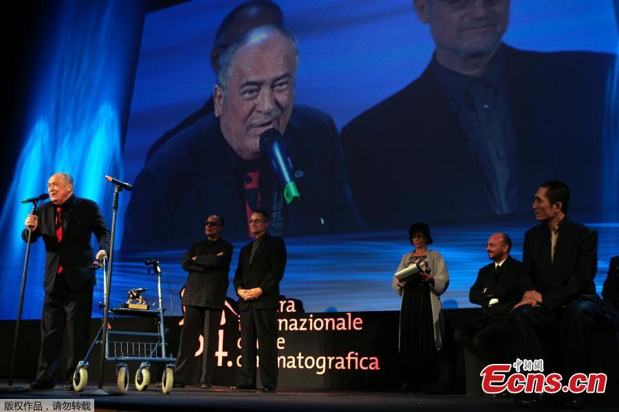 Italian director Bernardo Bertolucci, left, receives a Golden Lion as a special award to mark the 75th anniversary from the birth of the Venice Film Festival at its 64th edition in Venice,Italy, Saturday, Sept. 8, 2007.  (Photo/Agencies)
