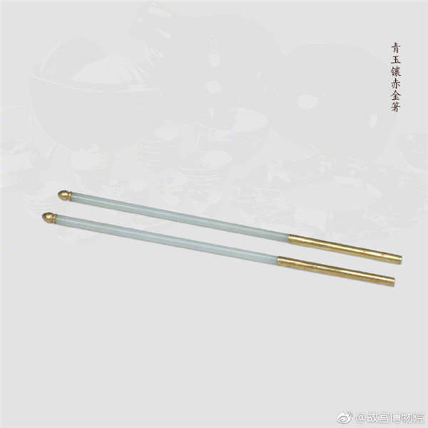 A pair of chopsticks made of gray jade inlaid with pink gold.  (Photo/Official Weibo account of the Palace Museum)