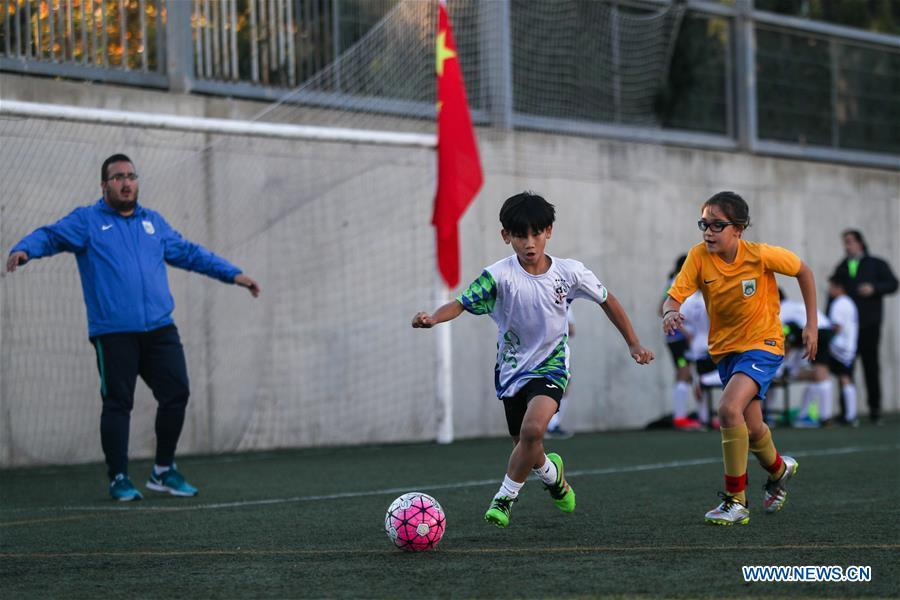 Xu Tianze (C) drives the ball during a match against Club Sistrells in Badalona, Province of Barcelona, Spain, Nov. 24, 2018. Spain has a mature football industry which attracts many young Chinese football lovers. The Sport CSKH, founded by an overseas Chinese in Barcelona, has been a bridge linking Chinese young football players with Spanish football culture. (Xinhua/Zheng Huansong)