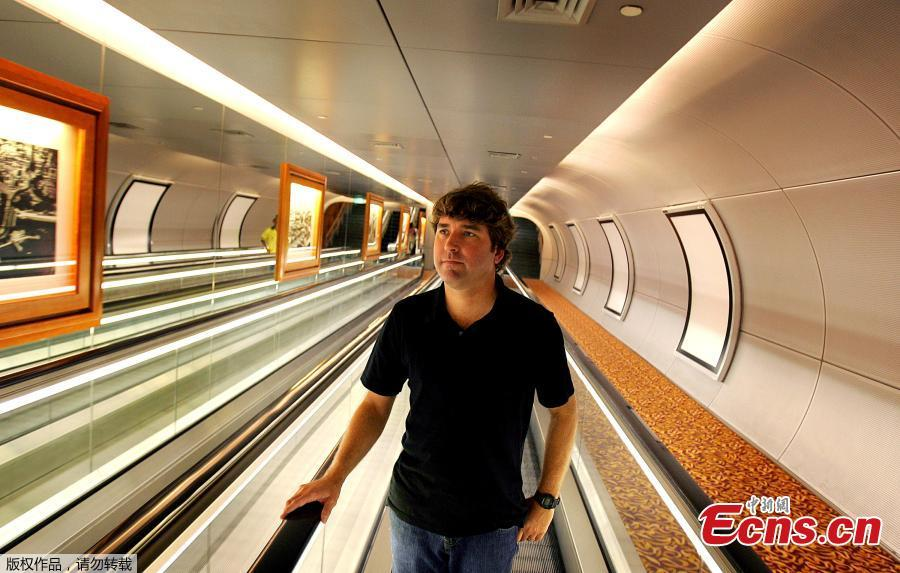 File photo:Stephen Hillenburg, creator of the popular animated series Spongebob Squarepants walks along an underpass in Singapore, January 28, 2005.  (Photo/Agencies)