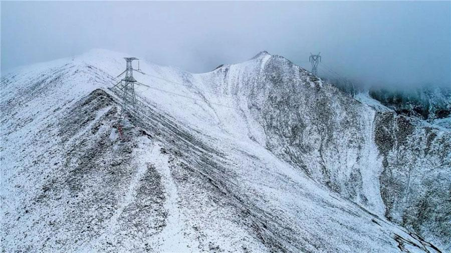 The world\'s highest ultra-high voltage transmission project has been put into operation in the Tibet autonomous region, November 23, 2018. The project in southwestern China\'s Himalayan region has required workers to string power lines reaching altitudes of just under 5,300 meters above sea-level. (Photo provided by State Grid Qinghai Electric Power Company)