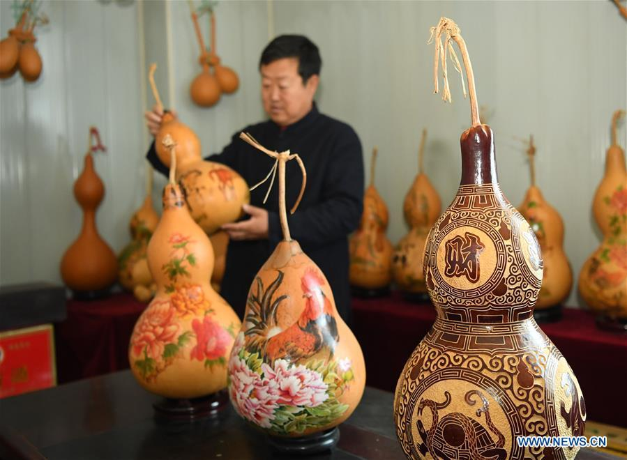 Wang Guowei arranges gourd handicrafts at his studio in Tieling, northeast China\'s Liaoning Province, Nov. 26, 2018. Wang Guowei who is adept in painting was awarded provincial-level handicraft master title for producing exquisite gourd handicrafts with vivid images. (Xinhua/Long Lei)