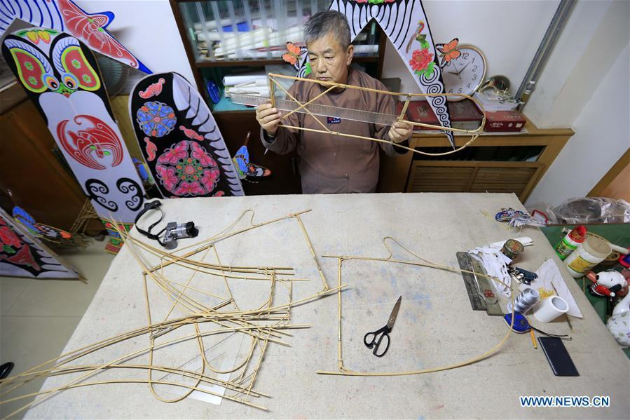 Fu Xianming makes framework of kite in Shijiazhuang, capital of north China\'s Hebei Province, Nov. 21, 2018. Fu Xianming, a 66-year-old craftsman, has devoted himself in kites making for 20 years. Fu and his wife have made more than 1,500 kites of various shapes since 1998. (Xinhua/Zhang Haiqiang)