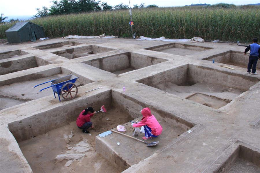 Archaeologists work at the the Lushanmao historic relics site in the Baota district of Yan\'an city, Northwest China\'s Shaanxi Province.  (Photo provided to chinadaily.com.cn)