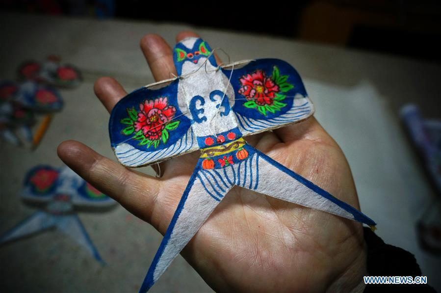 Fu Xianming displays a palm-sized kite in Shijiazhuang, capital of north China\'s Hebei Province, Nov. 21, 2018. Fu Xianming, a 66-year-old craftsman, has devoted himself in kites making for 20 years. Fu and his wife have made more than 1,500 kites of various shapes since 1998. (Xinhua/Zhang Haiqiang)