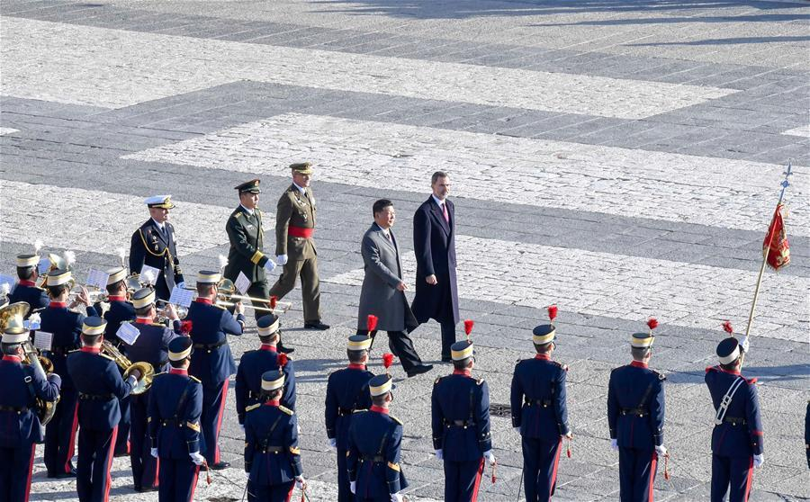 Chinese President Xi Jinping, accompanied by Spain\'s King Felipe VI, inspects the honour guard at Plaza de la Armeria in Madrid, Spain, Nov. 28, 2018. Xi was welcomed by King Felipe VI with a grand ceremony. (Xinhua/Gao Jie)