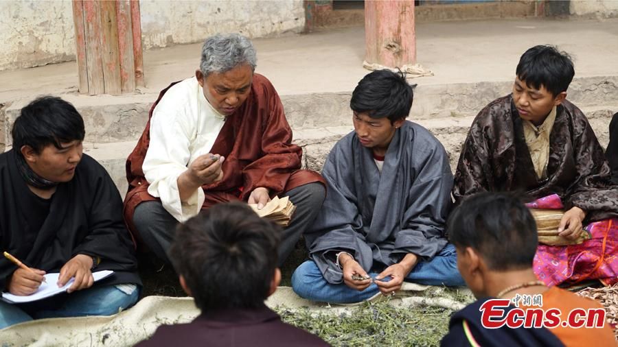 A traditional Tibetan physician teaches students how to identify medicinal herbs.  The 13th session of the UNESCO Intergovernmental Committee for the Safeguarding of the Intangible Cultural Heritage inscribed Lum medicinal bathing of Sowa Rigpa onto the Representative List of the Intangible Cultural Heritage of Humanity, at a convention held in Port Louis, capital of the Republic of Mauritius, Nov. 28, 2018.(Photo provided by the National Center for the Safeguarding of the Intangible Cultural Heritage in China)