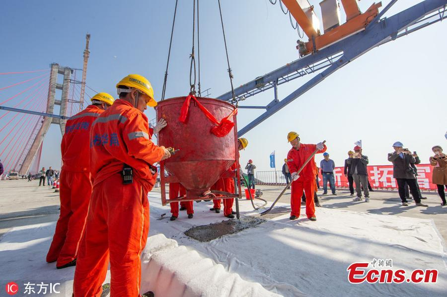 Workers are seen at the construction site of the Poyang Lake No. 2 Bridge in east China\'s Jiangxi Province, Nov. 28, 2018.The closure of the main project of the Poyang Lake No. 2 Bridge, which links Duchang County and Lushan City in Jiangxi, was completed on Wednesday.(Photo/IC)