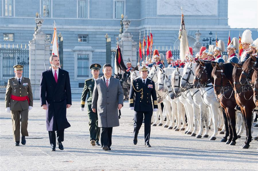 Chinese President Xi Jinping, accompanied by Spain\'s King Felipe VI, inspects the honour guard at Plaza de la Armeria in Madrid, Spain, Nov. 28, 2018. Xi was welcomed by King Felipe VI with a grand ceremony. (Xinhua/Li Xueren)