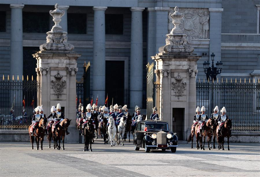 Chinese President Xi Jinping and his wife Peng Liyuan arrive at Plaza de la Armeria in Madrid, Spain, Nov. 28, 2018. Xi was welcomed by King Felipe VI with a grand ceremony. (Xinhua/Xie Huanchi)