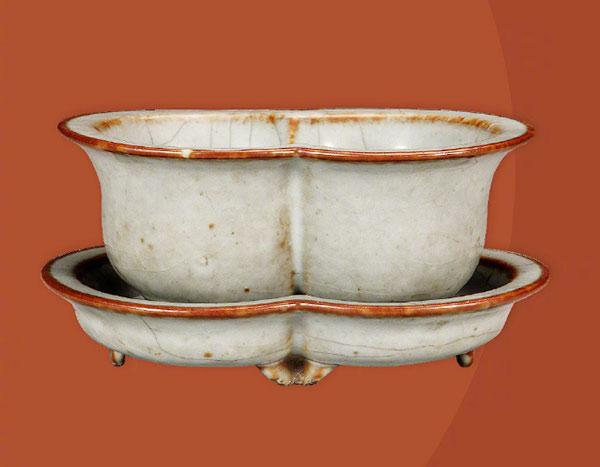 A Guan-type paired casket in the shape of flowerpot from the Qianlong Period of the Qing Dynasty.  (Photo/Official Weibo account of the Palace Museum)