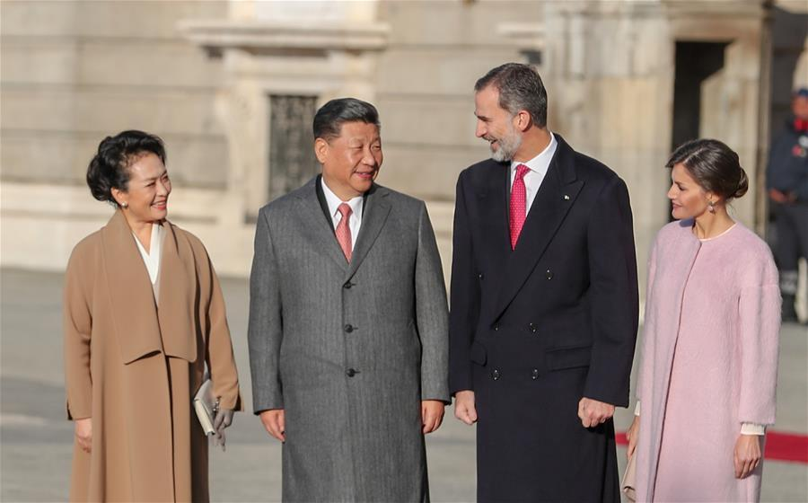 Chinese President Xi Jinping (2nd L) and his wife Peng Liyuan (1st L) talk with Spain\'s King Felipe VI (2nd R) and Queen Letizia in Madrid, Spain, Nov. 28, 2018. Xi was welcomed by King Felipe VI with a grand ceremony. (Xinhua/Xie Huanchi)