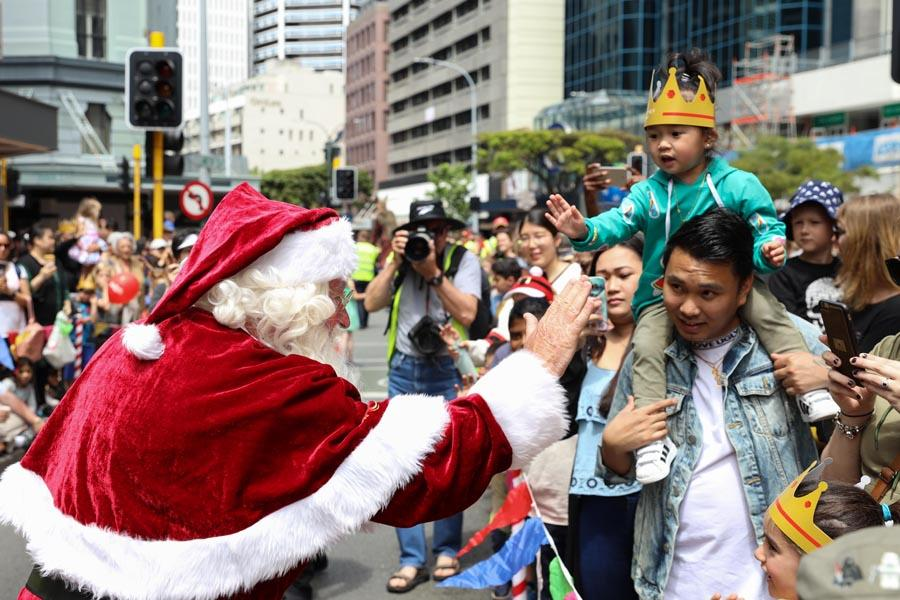 A Very Welly Christmas Parade attracts crowds of people in Lambton Quay in Wellington, New Zealand, on Nov. 24 and 25, transforming the street into a Christmas wonderland. (Photo/Chinaculture.org)