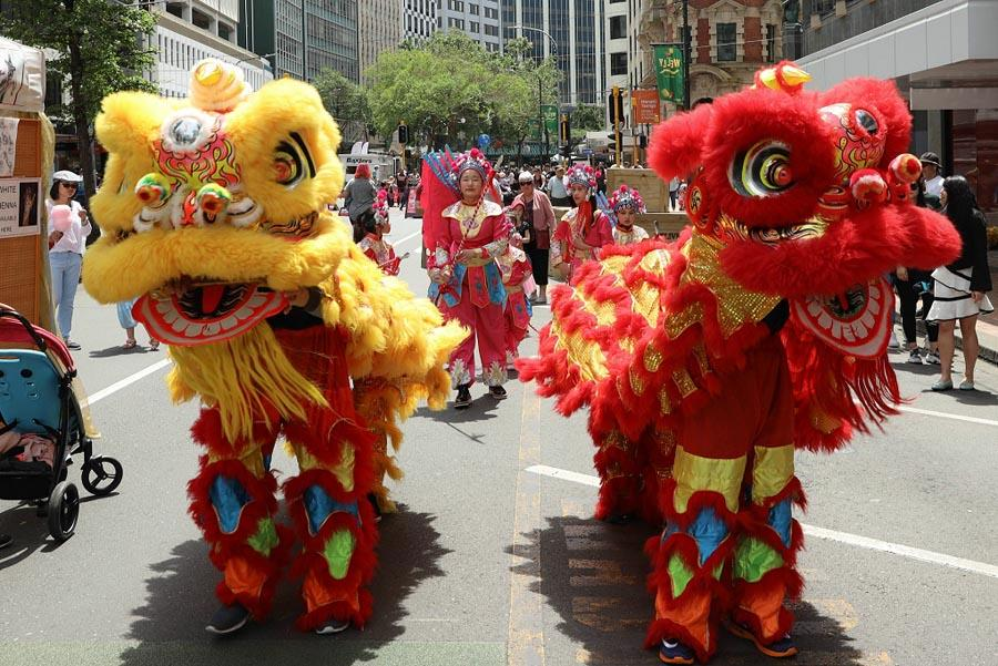Chinese lion dancers and child opera performers are seen in the parade, presenting the charm of traditional Chinese culture. The China Cultural Center in New Zealand has joined hands with the New Zealand Charitable Association this year to convene a group of Chinese performers to take part in the festive event. (Photo/Chinaculture.org)