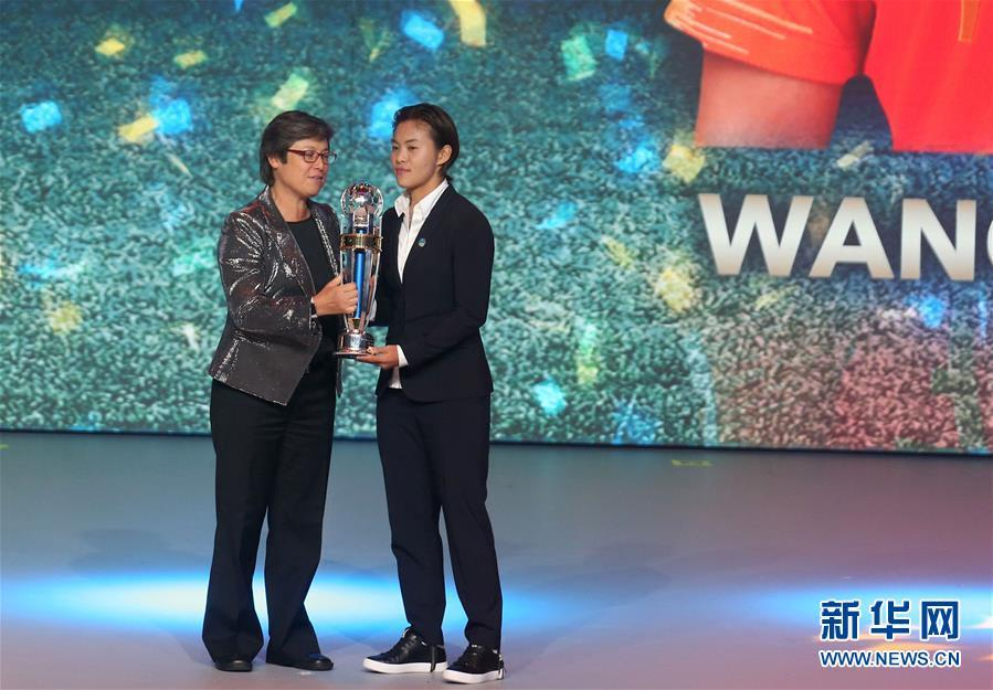 Wang Shuang from China wins the coveted AFC Women\'s Player of the Year at the AFC Annual Awards 2018 in Muscat, Oman, on Nov. 28, 2018. (Photo/Xinhua)  \