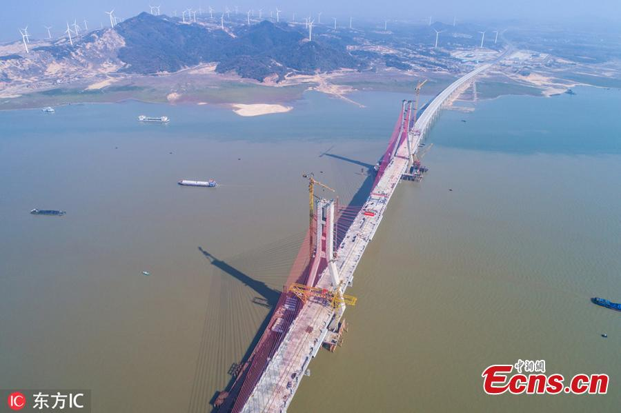 Photo taken on Nov. 28, 2018 shows the construction site of the Poyang Lake No. 2 Bridge in east China\'s Jiangxi Province. The closure of the main project of the Poyang Lake No. 2 Bridge, which links Duchang County and Lushan City in Jiangxi, was completed on Wednesday.(Photo/IC)