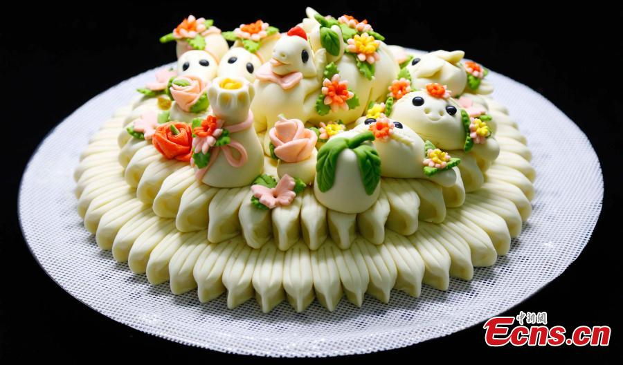 International students from Ludong University learn to make Huabobo, a kind of steamed bun, in Wendeng, East China's Shandong province. Huabobo is a must on special occasions, such as festivals, weddings and birthdays, in Wendeng. Serving it is an expression of good wishes for a prosperous and healthy life. (Photo: China News Service/ Wenxin)