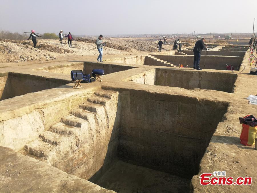 Archaeologists work at a site in Lujiang county, East China's Anhui province. Cultural relics including ancient steamers, and animal bones were unearthed from archaeological sites along a trans-provincial water diversion project in Anhui province. (Photo: China News Service/Li Feng)