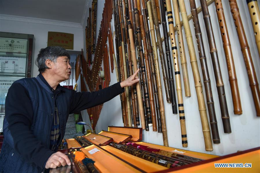 Liu Zesong, inheritor of the Yuping bamboo flute making craft, introduces flutes he made in Yuping Dong Autonomous County, southwest China\'s Guizhou Province, Nov. 29, 2018. As a traditional Chinese bamboo instrument, Yuping bamboo flute is famous for its clear tone and delicate carving. Made from local bamboo, the flute goes through dozens of procedures before finished and merges folk cultures of other ethnic groups. It was listed as one of the National Intangible Cultural Heritages in 2006. (Xinhua/Ma Ning)