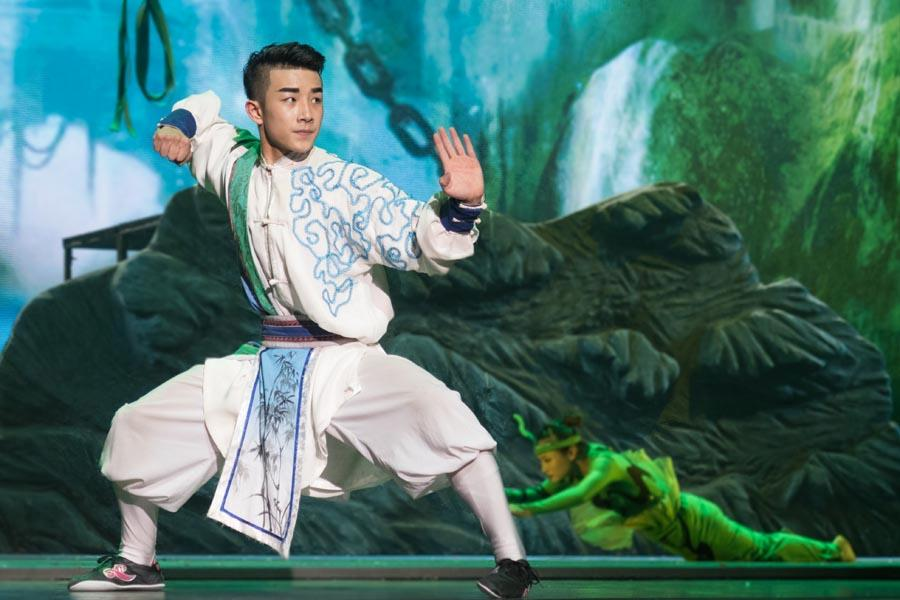 More than 30 students from Tianjin Huo Yuanjia Civil and Military School in North China\'s Tianjin joined hands with 80 Mauritian martial arts lovers to stage two kung fu shows in Mauritius on Nov .30 and Dec. 2. (Photo/Chinaculture.org)