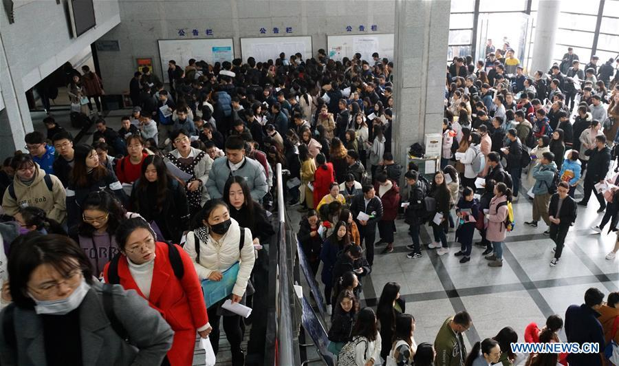 Candidates line up to take the national civil servant exam at Nanjing Forestry University in Nanjing, capital of east China\'s Jiangsu Province, Dec. 2, 2018. The written exam of the national civil servant exam was held on Sunday across the country. (Xinhua/Sun Can)