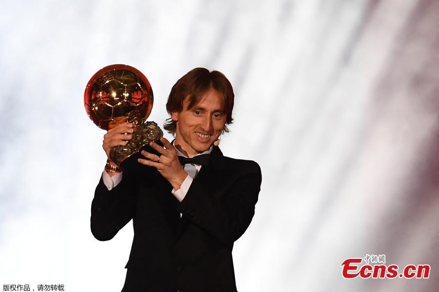Real Madrid\'s Croatian midfielder Luka Modric brandishes the trophy after receiving the 2018 FIFA Men\'s Ballon d\'Or award for best player of the year during the 2018 FIFA Ballon d\'Or award ceremony at the Grand Palais in Paris on December 3, 2018. (Photo/Agencies)