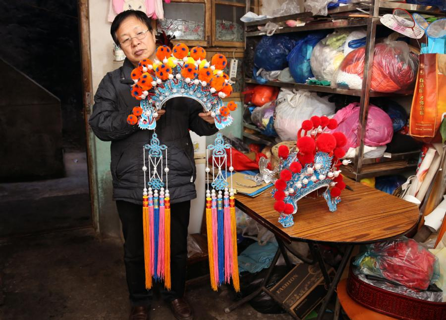 <?php echo strip_tags(addslashes(Han Xiaoli presents a headdress he made. (Photo by Huo Yan/chinadaily.com.cn))) ?>