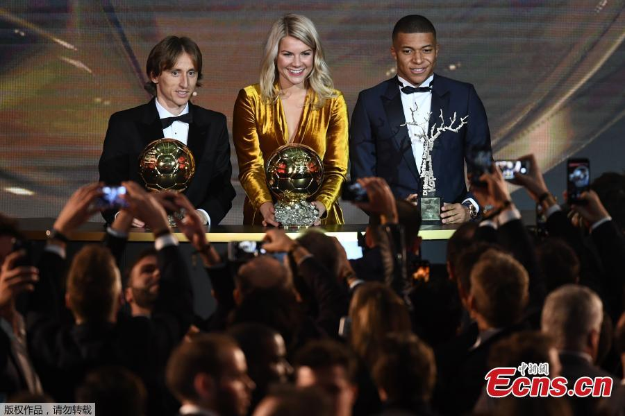 2018 FIFA Ballon d\'Or awarded for best player of the year, Men\'s Ballon d\'Or Real Madrid\'s Croatian midfielder Luka Modric, and Paris Saint-Germain\'s French forward Kylian Mbappe pose at the end of the 2018 FIFA Ballon d\'Or award ceremony in Paris on December 3, 2018. (Photo/Agencies)