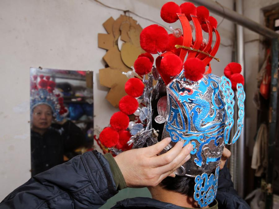 <?php echo strip_tags(addslashes(Han Xiaoli tries on a headdress he made. (Photo by Huo Yan/chinadaily.com.cn))) ?>