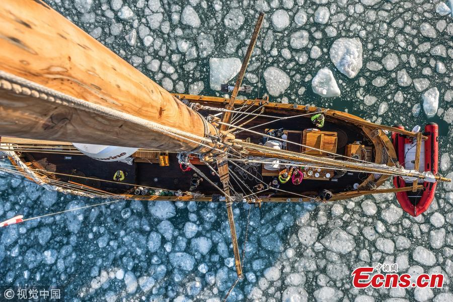British photographer James Rushworth captured the moment when a schooner passed by a giant iceberg off the east coast of Greenland. The 108-foot-long schooner was dwarfed by the 300-foot-tall turquoise iceberg. The 32-year-old photographer braved temperature of minus 10 degrees Celsius as he waited for the vessel to reach the center of the arch of the iceberg. (Photo/VCG)
