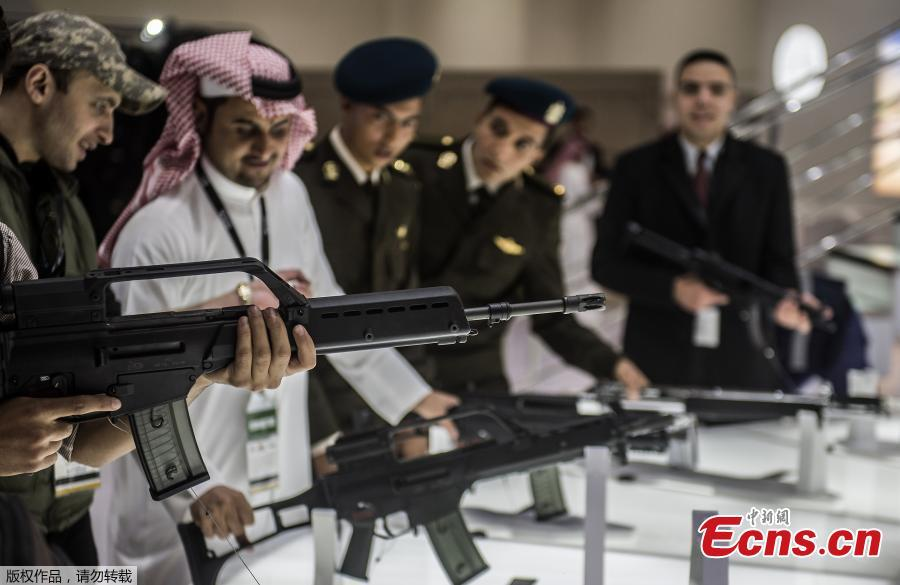 A visitor aims a weapon at the Saudi stand during Egypt\'s first Service Defence Exhibition in Cairo on December 3, 2018, at the International Exhibition Center. (Photo/Agencies)