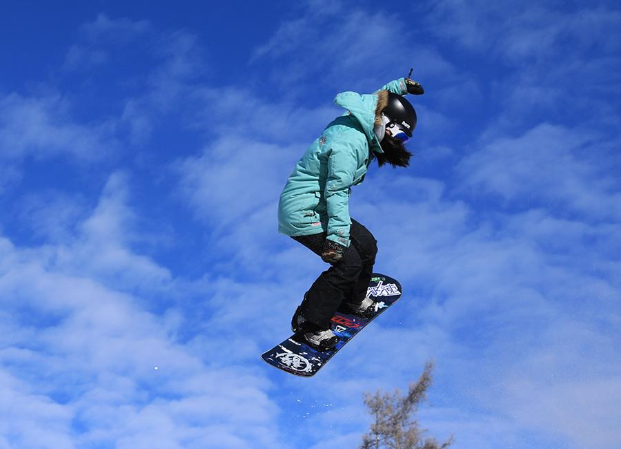 A snowboarder at the Keketuohai geopark in Northwest China\'s Xinjiang Uygur autonomous region. (Photo provided to chinadaily.com.cn)  Northwest China\'s Xinjiang Uygur autonomous region has officially opened its first global geopark, turning an abandoned mine in Keketuohai into a sustainable tourism destination that will improve local living standards.  Located south of the Altay Mountains and at the base of the Irtysh River, the park is the first global geopark in Xinjiang and covers more than 2,300 square kilometers. Visitors will be able to enjoy breathtaking views including the Irtysh Grand Canyon, a huge mine crater, lakes, mountains, a waterfall, fossils and rivers.  UNESCO announced eight new global geoparks, including Keketuohai, last May.  \