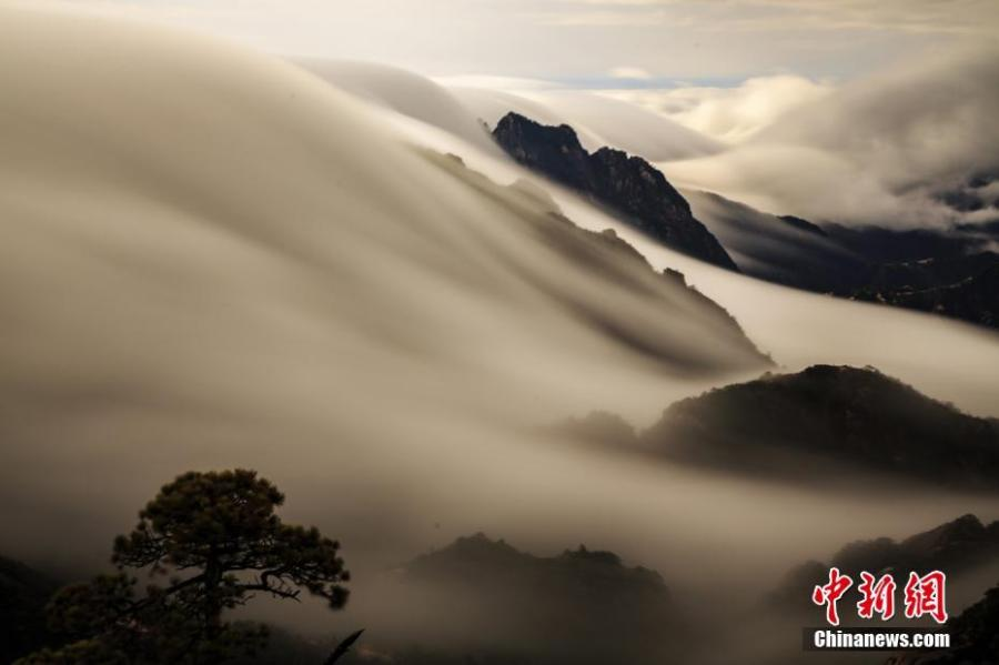 Photo taken on December 5, 2018 shows the sea of clouds at the Huangshan Mountain scenic spot in Huangshan City, east China\'s Anhui Province. (Photo: China News Service/Ye Yongqing)