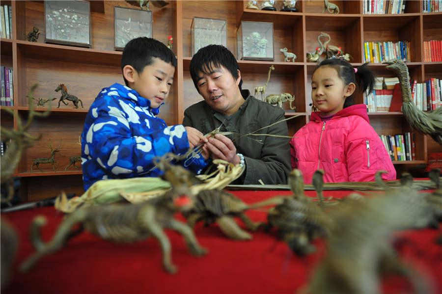 Han Liuye teaches children how to make things with straws on December 3 in a residential community in Zhangjiakou, Hebei Province. (Photo provided to chinadaily.com.cn)
