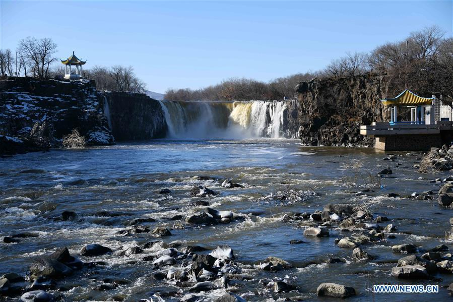 Photo taken on Dec. 5, 2018 shows the Diaoshuilou Waterfall on the Jingpo Lake, northeast China\'s Heilongjiang Province. The waterfall attracted many tourists. (Xinhua/Wang Jianwei)