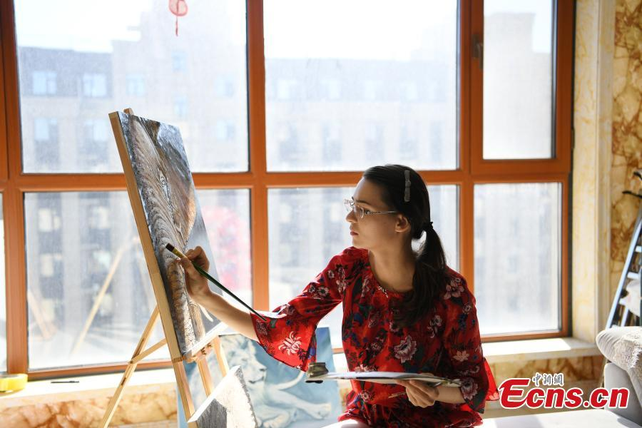 Valentina paints at home in Changchun, Northeast China's Jilin province. As a fan of Chinese food and culture, Valentina found her husband on the internet and then settled down in Changchun. Valentina said at the beginning she hosted live streams to get more chance to talk with audience, so as to learn Chinese better. After knowing the audience liked to watch her cooking and painting, Valentina started to broadcast her daily routines, and now she had over 200,000 followers. (Photo: China News Service/ Zhang Yao)