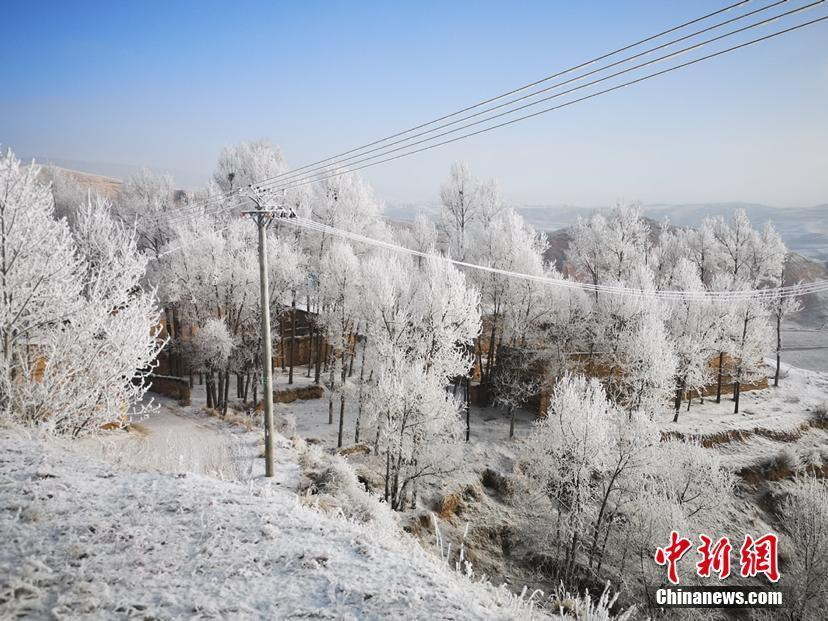 Snowy winter  The snow in North China may last a whole day, breaking tree branches and blocking the road. The natural scenery is \