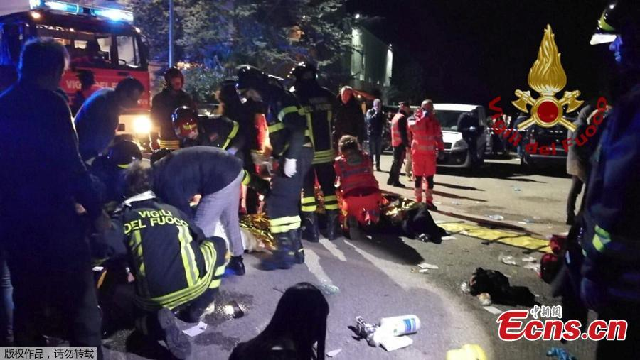 Emergency personnel attend to victims of a stampede at a nightclub in Corinaldo, near Ancona, Italy, December 8, 2018. At least six people were killed and more than 100 others injured in the accident, local media reported.(Photo/Agencies)
