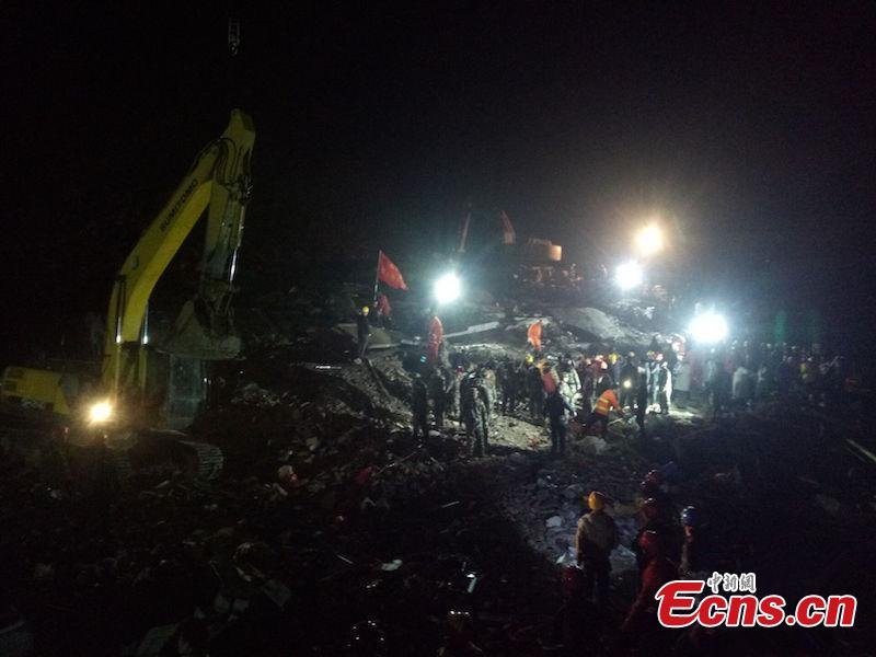 Rescuers race against time pulling buried people out of debris after a landslide topped three houses in Xuyong county, Sichuan province, on Sunday. (Photo: China News Service/ Su Zhongguo)  Eight people have been pulled out of the debris of a landslide that toppled three houses Sunday afternoon in Southwest China\'s Sichuan province. Three died en route to hospital and the other five were under emergency treatment in hospital, local government said. Twelve people were estimated buried in the landslide that occurred at about 5 pm in Fenshui township in Xuyong county. More than 600 rescuers were racing against the clock to reach more survivors. Of the 12 people, eight were local residents and four were renters, Tang Jie, the county head leading rescue efforts at the scene, told Xinhua.