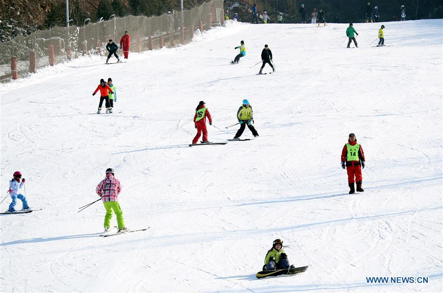People ski at a skiing park in Luquan District in Shijiazhuang, capital of north China\'s Hebei Province, Dec. 9, 2018. (Xinhua/Zhang Xiuke)