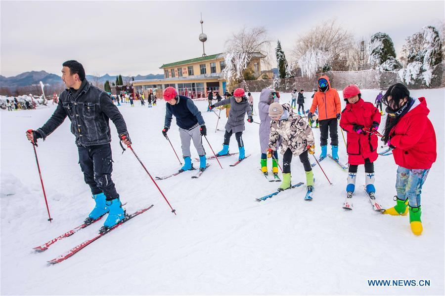 People ski at Tuoshan skiing park in Qingzhou City, east China\'s Shandong Province, Dec. 9, 2018. (Xinhua/Wang Jilin)