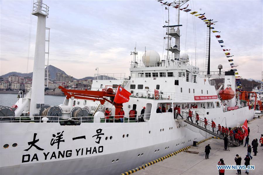 Members of the expedition team go on board on Chinese research vessel Dayang Yihao (Ocean No.1) in Qingdao, east China\'s Shandong Province, Dec. 10, 2018. The vessel departed for a new 230-day scientific ocean expedition. (Xinhua/Li Ziheng)