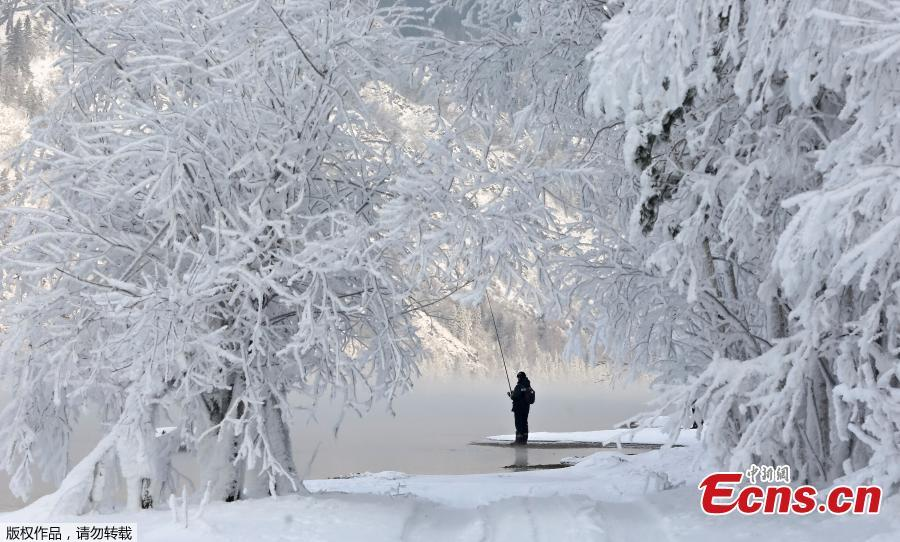 A man fishes on a bank of the Yenisei River covered with snow and hoarfrost with the air temperature at about -16 degrees Celsius outside the Siberian city of Krasnoyarsk, Russia December 10, 2018. (Photo/Agencies)