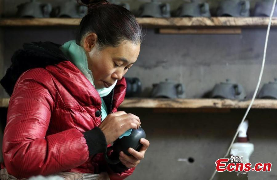 A worker makes sandy objects in Yingjing county, Southwest China\'s Sichuan province on December 10, 2018. The craftsmanship of making sandy objects in Yingjing county has a history of more than 2,000 years and it has been listed as China\'s national intangible cultural heritage. (Photo: China News Service/Wang Lei)