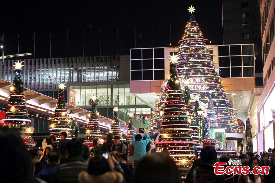Photo taken on the evening of Dec. 11, 2018 shows shopping malls decorated with Christmas ornaments and lights at Tsim Sha Tsui in Kowloon, Hong Kong. The Hong Kong?Zhuhai?Macau Bridge and the Guangzhou?Shenzhen?Hong Kong Express Rail Link, which both went into service this year, are expected to boost sales during the festive season. (Photo: China News Service/Hong Shaokui)