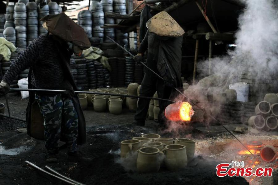 Workers make sandy objects in Yingjing county, Southwest China\'s Sichuan province on December 10, 2018. The craftsmanship of making sandy objects in Yingjing county has a history of more than 2,000 years and it has been listed as China\'s national intangible cultural heritage. (Photo: China News Service/Wang Lei)