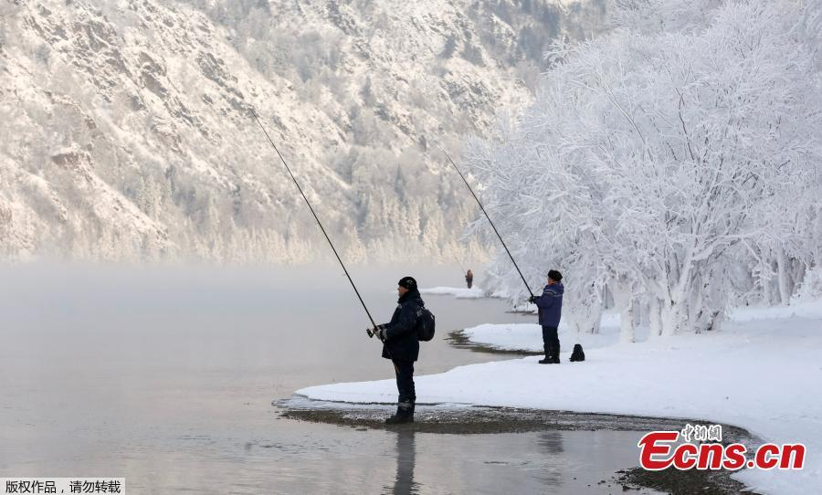 Men fish on a bank of the Yenisei River covered with snow and hoarfrost with the air temperature at about -16 degrees Celsius outside the Siberian city of Krasnoyarsk, Russia December 10, 2018.(Photo/Agencies)